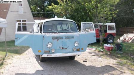 1971 VW Type 2 Bus front